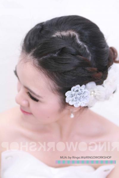 韩国新娘子的发型妆感都讲究乾净朴素,跟台式的色彩缤纷大不同.