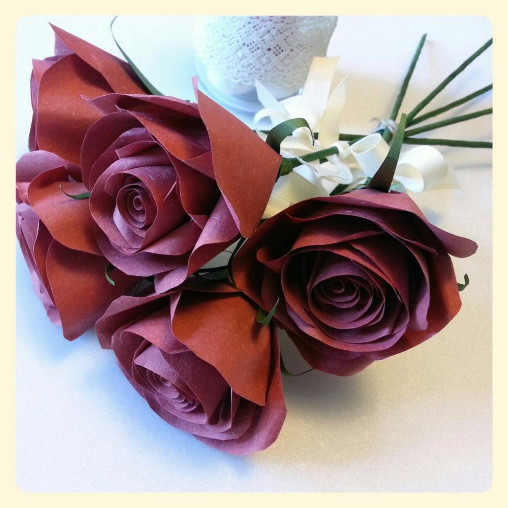 上图的玫瑰花是用纸造的,但仿真度高,影相的效果超好,而且可以自己买