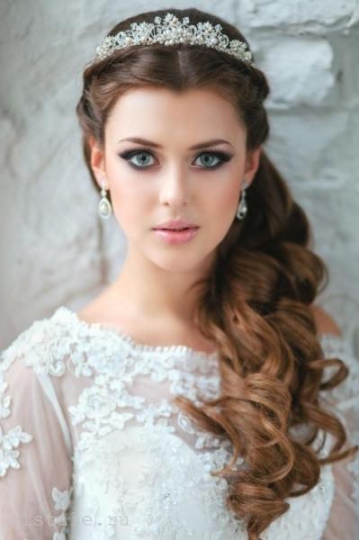 无论透过自然简单,头饰,花环或花饰等不同风格的造型,都能让新娘散发图片