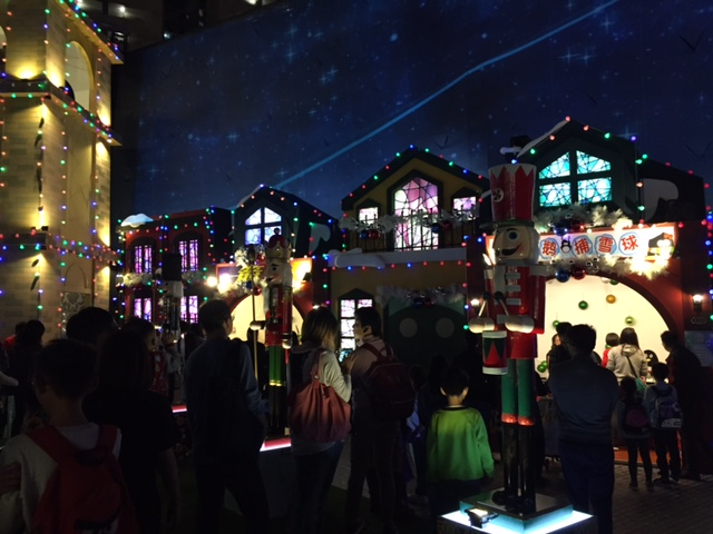 【聖誕好去處】東華三院極光飄雪嘉年華 x 免費 x 聖誕村有氣氛 x 充氣彈床