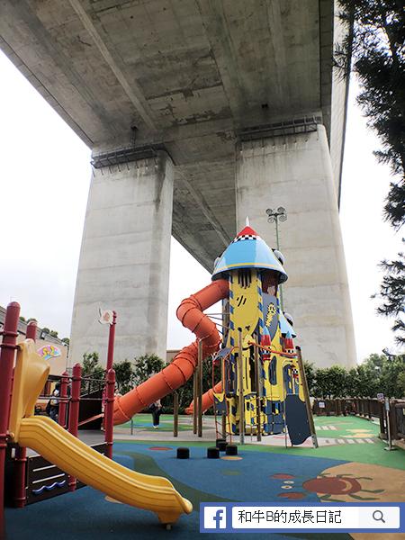 青馬橋橋底之下,半室內嘅兒童遊樂場落雨也不怕啦!